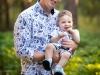 tata i syn na sesji zdjęciowej w lesie
