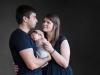 sesja-fotograficzna-rodzinna-w-studio-fotografia-bapacifoto-rodzice-i-syn