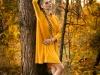 sesja kobieca jesienna w lesie - stylizacja - żółta sukienka - fotograf Bapacifoto