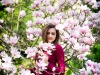 sesja dziewczyny w kwitnącej magnolii