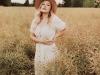 boho-sesja-kobieca-blodynka-kapelusz-biala-sukienka