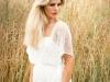 kobieca-sesja-portretowa-podarunek-na-urodziny-biala-koronkowa-sukienka