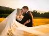 plener-ślubny-o-zachodzie-słońca-natura-łąki-i-góry-złote-kolory-fotograf-Bapacifoto-Tarnów-Dąbrowa-Tarnowska-Brzesko